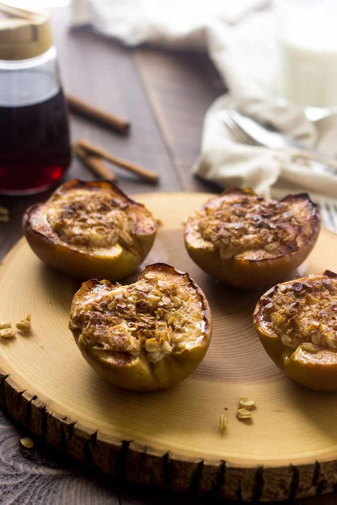 Baked apples stuffed with cheesecake and streusel