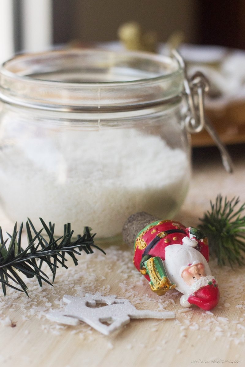 Table Ornaments for Christmas made with glass jars. All you need is shredded coconut, small Christmas ornaments and a glass jar, and you´ve created beautiful table decor!