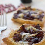 Bacon and caramelised red onion tartlets with goats cheese. A super reasy recipe, perfect for the Holidays or any other occasion!