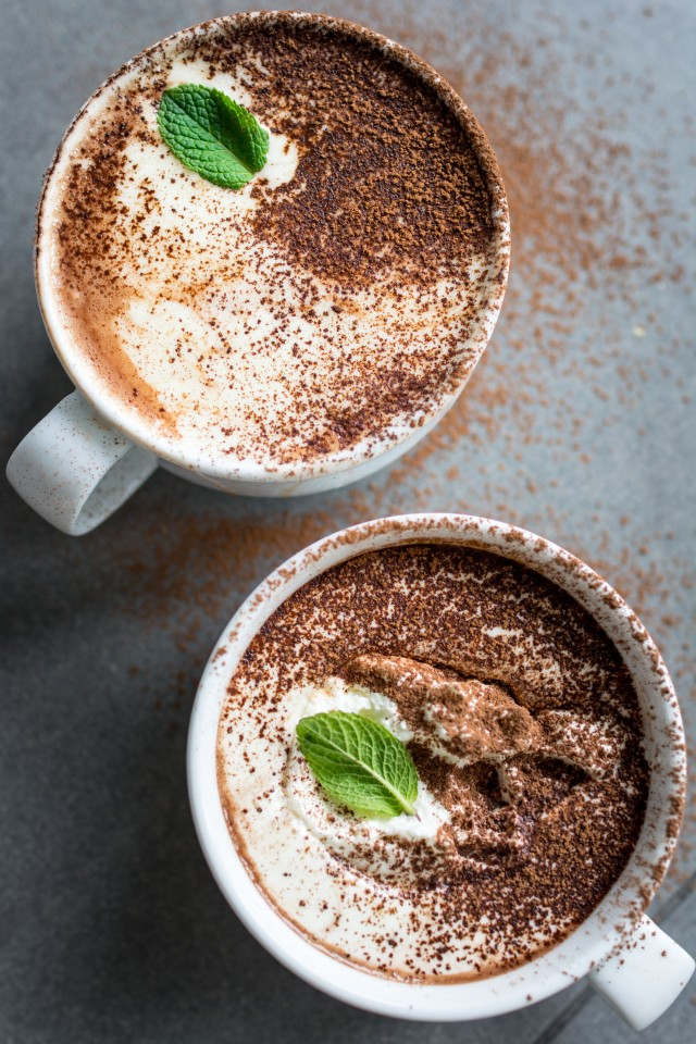 Vegan Mint Hot Chocolate - 17 Mint Chocolate Desserts for St Patrick´s Day | Round Up compiled by FlavoursandFrosting.com