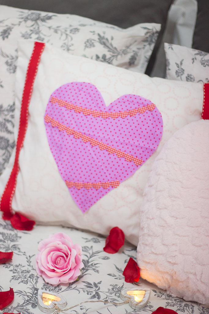 How to make your very own DIY Valentines no sew cushion covers. Yes that´s right. It´s NO SEW and so easy!