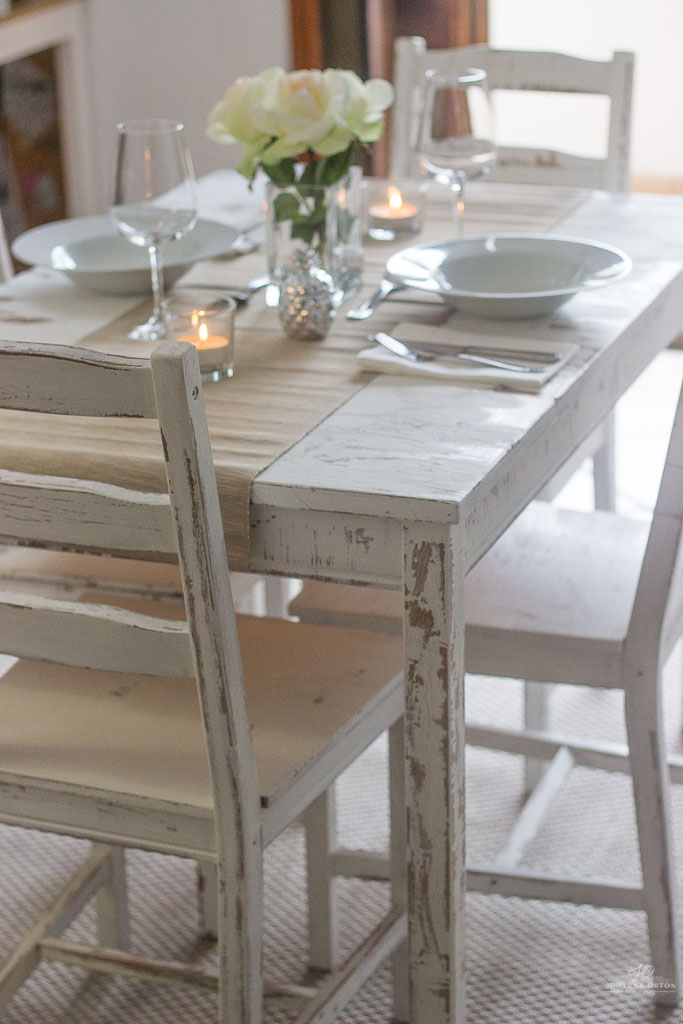 I recently did a makeover on my dining room table and chairs so I´m going to show you guys how I do distressing with chalk paint.