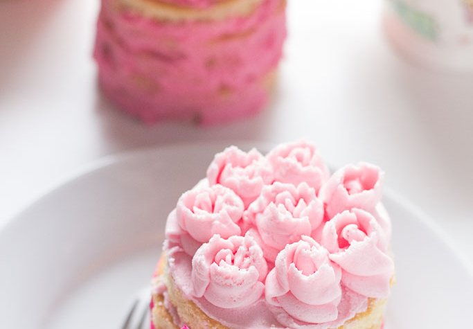 A mini layer cake with buttercream roses make the perfect Mother´s Day gift...