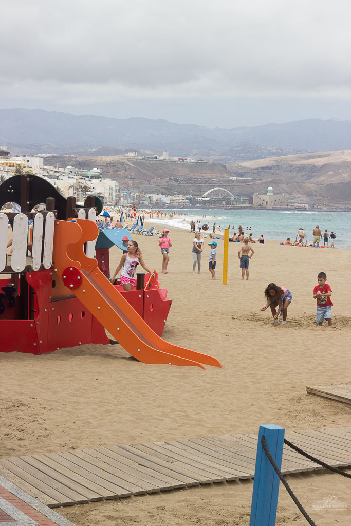 Las Canteras beach is one of the main reasons why I love the city of Las Palmas. This urban beach is always buzzing with people looking for sunshine, sea, beach, and something to eat. It´s a place where you want to be!