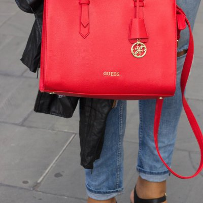 Red Handbag Trend Fall 2017 - Did you know that the colour RED is all the rage this Fall season? It´s also the reason why I bought myself a bright red Guess handbag...